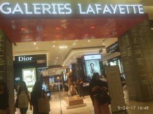 Saya di depan Galeries Lafayette