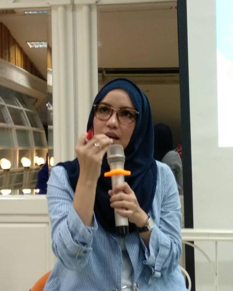 Dini Fitria Penulis, Presenter dan Traveller