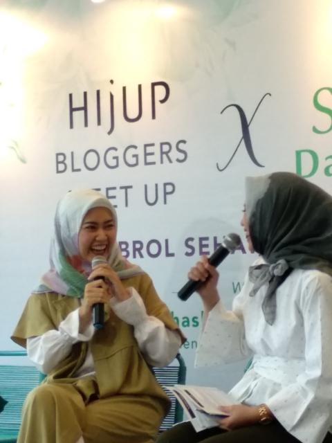 Pribadi yang Ceria Lulu Elhasbu saat sharring dengan para blogger