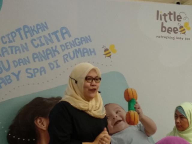 Bu dokter mengajar audience Cara memijat bayi yang benar
