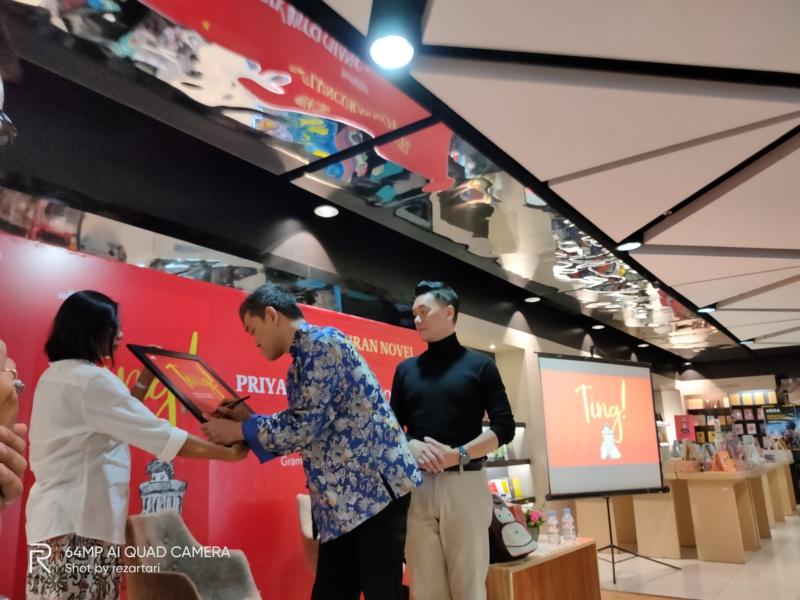 Guru Chang menandatangani cover buku, tanda novel sudah dilaunching