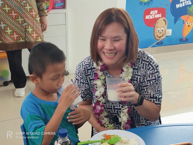 Ibu Connie Ang menemani anak anak Paud Cerdas Sarapan
