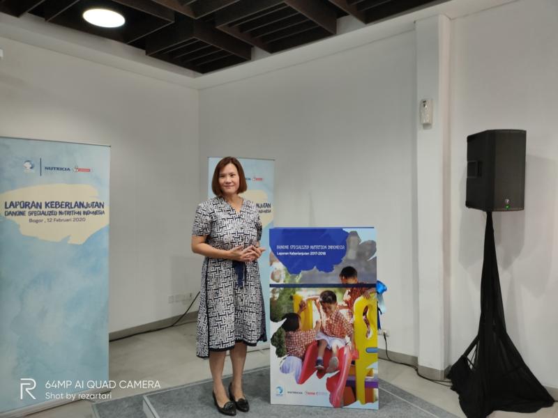 Ibu Connie Ang di depan Laporan Berkelanjutan Danone SN
