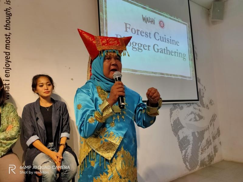 Semangat Bu Tati memotivasi yang hadir untuk berbuat lebih Demi hutan Indonesia